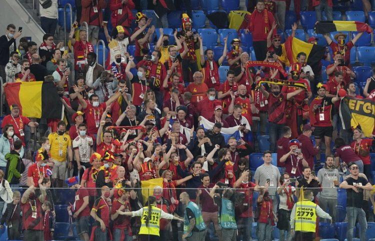 Οπαδοί του Βελγίου πανηγυρίζουν τη νίκη επί της Ρωσίας (φωτ.: EPA / Dmitry Lovetsky)