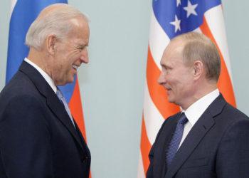 Ο Πούτιν συγχαίρει τον Μπάιντεν που μόλις έχει εκλεγεί αντιπρόεδρος των ΗΠΑ, τον Μάρτιο του 2011 (φωτ.: EPA / Maxim Shipenkov)