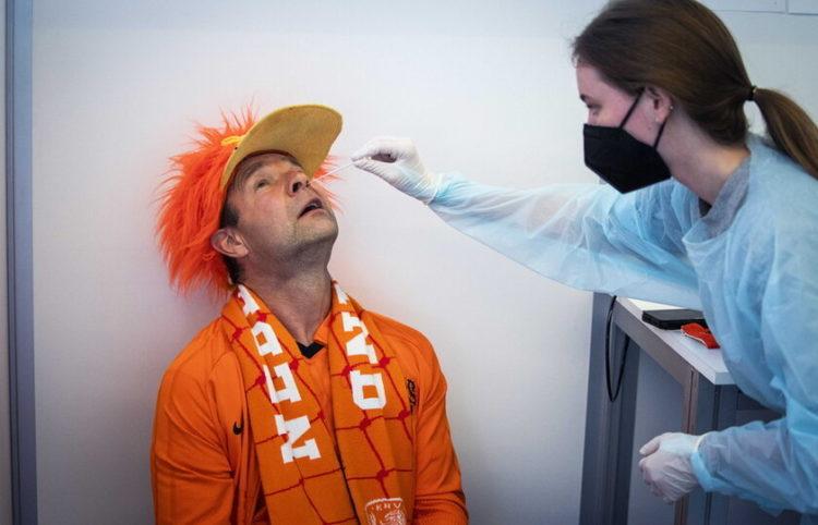 Φίλαθλος στην Ολλανδία κάνει τεστ κορονοϊου για να παρακολουθήσει το Euro 2020 (φωτ.: EPA/ Jeroen Jumelet)