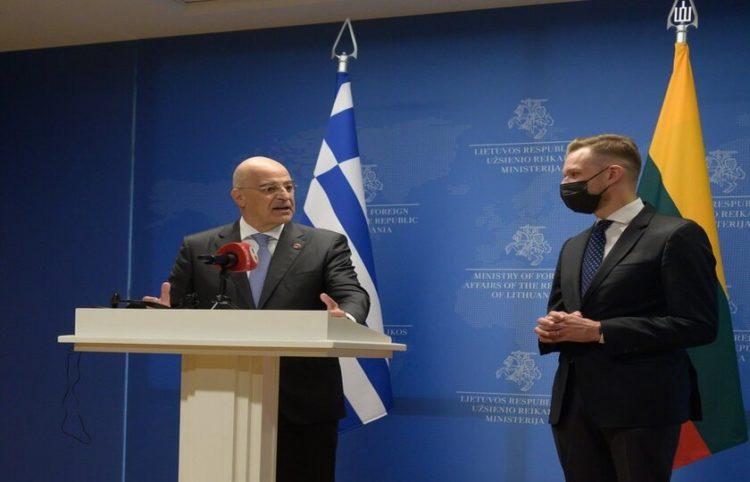 Ο υπουργός Εξωτερικών Νίκος Δένδιας κάνει δηλώσεις μετά το τέλος της συνάντησής του με τον Λιθουανό ομόλογό του Γκαμπριέλιους Λαντσμπέργκις (φωτ.: ΑΠΕ ΜΠΕ/ Γραφείο Τύπου ΥΠΕΞ)