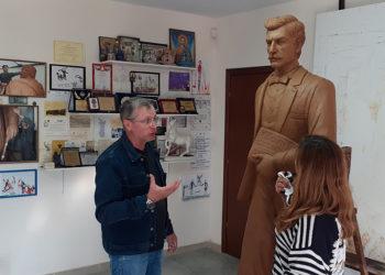 Ο Γιώργος Κικώτης στο εργαστήριό του με τη Χριστίνα Σαχινίδου, με φόντο τον ανδριάντα του Νίκου Καπετανίδη (φωτ.: Γιώργος Κικώτης)