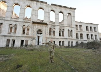 Ο πρόεδρος του Αζερμπαϊτζάν με στρατιωτική περιβολή στο κατεστραμμένο πλέον σχολείο της Σουσί (φωτ.: president.az)