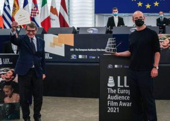 Ο νικητής του Βραβείου Κοινού LUX 2021 Αλεξάντερ Νανάου για την ταίνια «Collective» (Φωτ.: EP)