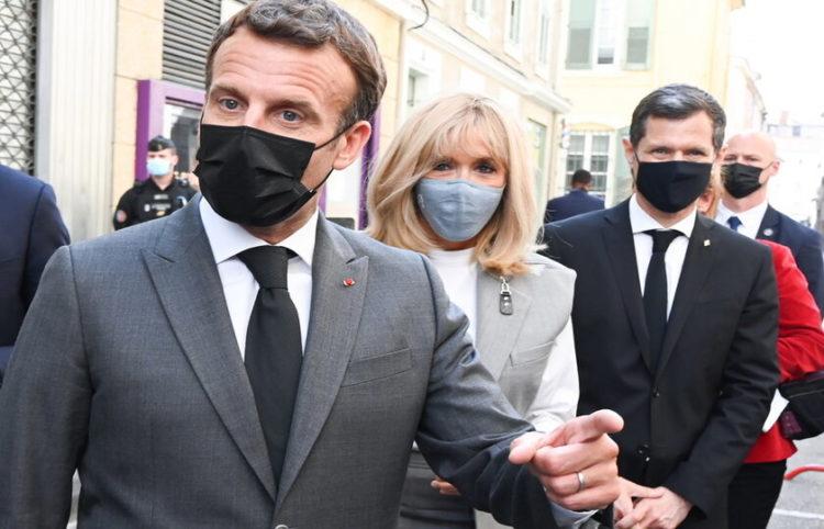 Ο Εμανουέλ Μακρόν στην περιοδεία του (φωτ.: EPA/ Philippe Desmazes)