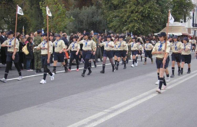 Η Μαργαρίτα, πρώτη δεξιά, ενωμοτάρχης των Αετών με την 4η Ομάδα Προσκόπων καλλονής στην παρέλαση για την 8η Νοεμβρίου στην Προκυμαία (φωτ.: Στο Νησί)