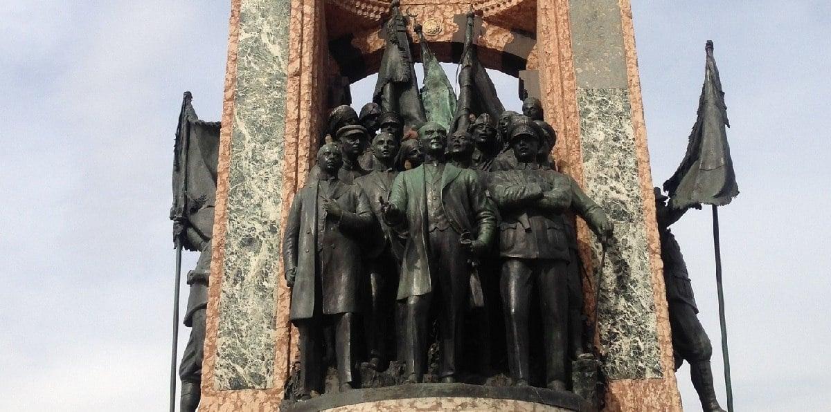 Μέσα από το μνημείο-σύμβολο της Τουρκίας, στην πλατεία Ταξίμ, ο Κεμάλ, που επιμελήθηκε ο ίδιος το σχέδιό του, αναδεικνύει τους πρωτεργάτες της δημιουργίας της Νέας Τουρκίας (φωτ.: en.wikipedia.org)