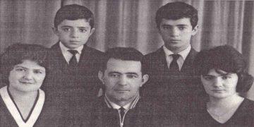 Η οικογένεια Φησατίδη στο Κεντάου, το 1968. Από το βιβλίο «Ο θρυλικός ανιχνευτής Βασίλης Φησατίδης» του Κώστα Μαυρόπουλου (Αθήνα: 2000)