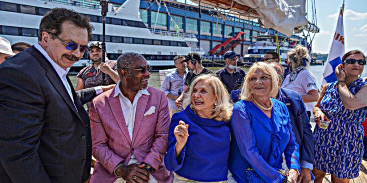 Τα μέλη του Κογκρέσου Γκρέγκορι Μικς, Κάρολαϊν Μαλόνεϊ και Νικόλ Μαλιοτάκης στην εκδήλωση (φωτ.: amny.com)
