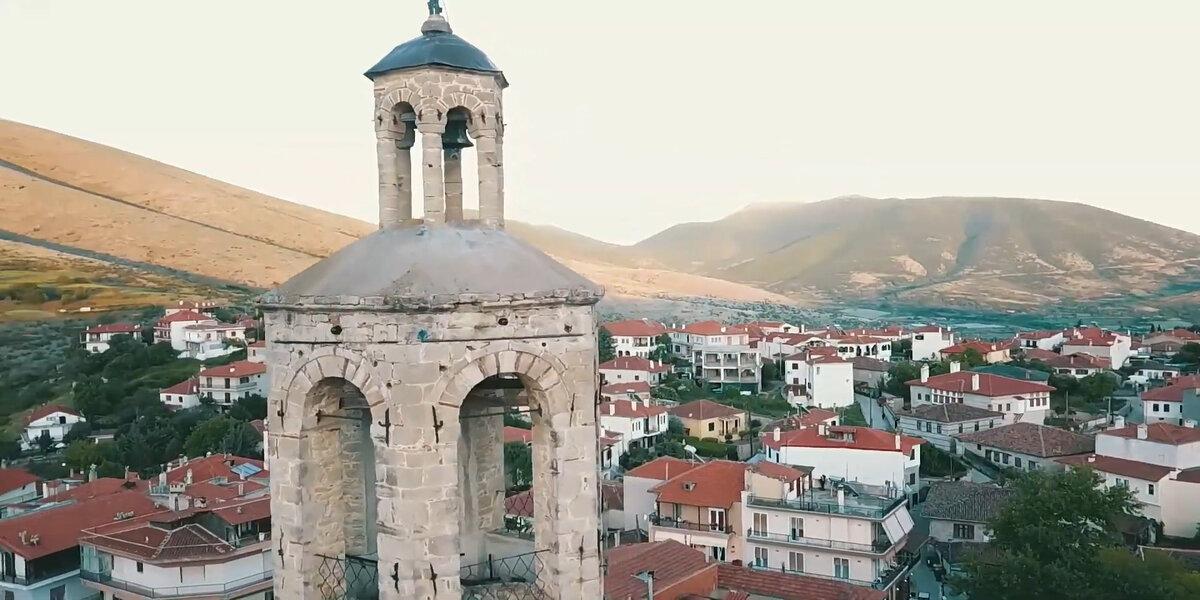 Στιγμιότυπο από την ταινία, που δείχνει τη Σιάτιστα, όπου έγιναν και τα γυρίσματα