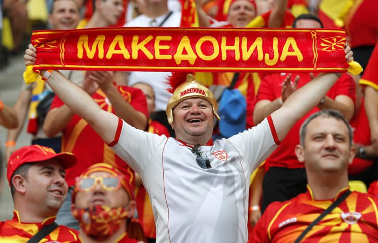Σκοπιανοί οπαδοί στις εξέδρες του γηπέδου  Nacional Arena στο Βουκουρέστι για το ματς του Euro με την Ουκρανία (φωτ.: EPA / Robert Ghement / POOL)