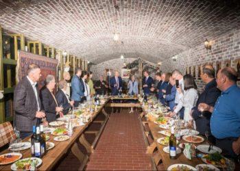 Από την επίσκεψη του Νίκου Δένδια στο οινοποιείο του Βαλέριου Ασλανίδη (ΑΠΕ-ΜΠΕ/ Βαλέριος Ασλανίδης)