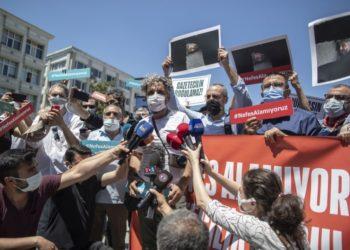 Διαδηλωτές κρατούν πλακάτ τα οποία αναγράφουν: «Δεν μπορώ να ανασάνω» (φωτ: EPA / Erdem Sahin)