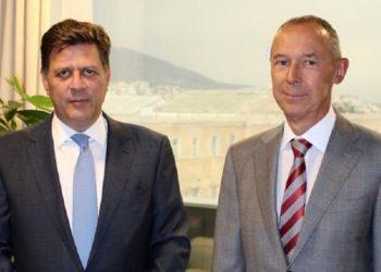 Ο Μιλτιάδης Βαρβιτσιώτης με τον Ρώσο πρέσβη στην Αθήνα Αντρέι Μάσλοβ (φωτ.: ΥΠΕΞ)