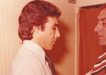 Ο Τόλης Βοσκόπουλος δένει τη γραβάτα του Στρατού Διονυσίου πριν βγει στην πίστα. (φωτ.: Facebook/ Τόλης Βοσκόπουλος)