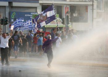 Επεισόδια κατά τη διάρκεια της συγκέντρωσης διαμαρτυρίας αντιεμβολιαστών στο Σύνταγμα (φωτ.: ΑΠΕ-ΜΠΕ /Αλέξανδρος Μπελτές)