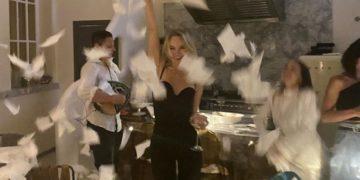 Ο Δημήτρης Κατσιούρας παίζει μπουζούκι και οι Ρωσίδες πελάτισσες του Ηλία Ηλιάδη ξεφαντώνουν (φωτ.: instagram.com/ilias.iliadis/)