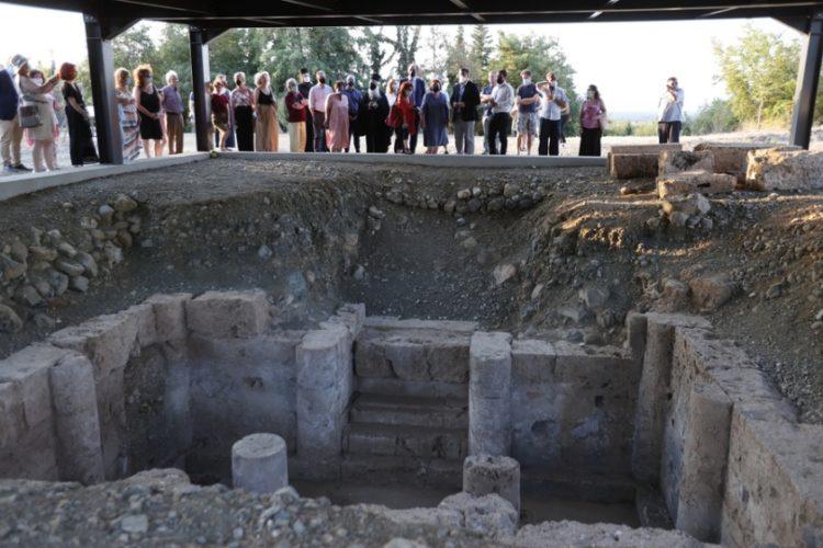 Εικόνα από τα εγκαίνια  του «Νεκροταφείου των Τύμβων» στη Βεργίνα (φωτ.: ΑΠΕ-ΜΠΕ/Δημήτρης Τοσίδης)