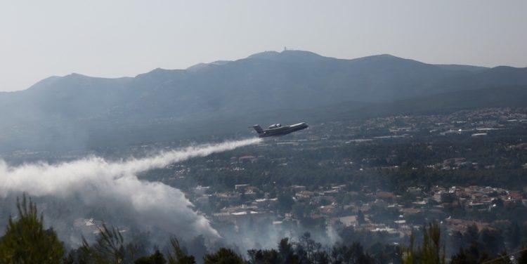 Πυροσβεστικό αεροσκάφος πραγματοποιεί ρίψεις νερού πάνω από κατοικημένη περιοχή κατά τη διάρκεια κατάσβεσης της πυρκαγιάς που ξέσπασε σε δασική περιοχή στη Σταμάτα, Αττικής (φωτ.: ΑΠΕ-ΜΠΕ/ ΓΙΑΝΝΗΣ ΚΟΛΕΣΙΔΗΣ)