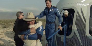 Πλάνο από την επιστροφή του Blue Origin New Shepard στη Γη (φωτ.: EPA/BLUE ORIGIN / HANDOUT)