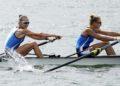 Οι Ελληνίδες πρωταθλήτριες της κωπηλασίας Μαρία Κυρίδου και Χριστίνα Μπούρμπου στον τελικό της δικώπου στο Τόκιο (φωτ.: EPA/KIMIMASA MAYAMA)