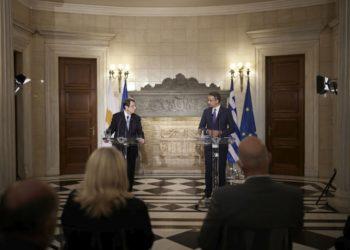 Ο Κυριάκος Μητσοτάκης με τον Νίκο Αναστασιάδη κατά τη σημερινή συνάντησή τους, στο Μέγαρο Μαξίμου (φωτ.: ΑΠΕ-ΜΠΕ/Γρ. Τύπου Πρωθυπουργού/Δημήτρης Παπαμήτσος)