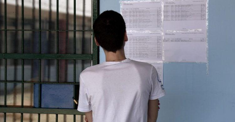 Μαθητής σε σχολείο του σχολικού συγκροτήματος της Γκράβας κοιτάει τα αποτελέσματα των βάσεων για τις σχολές και τα πανεπιστήμια (φωτ. αρχείου: ΑΠΕ-ΜΠΕ/ Θανάσης Καμβύσης)
