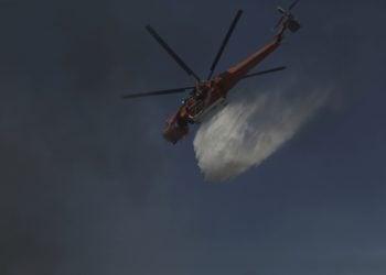 Πυροσβεστικό ελικόπτερο που επιχειρεί για την κατάσβεση πυρκαγιάς (φωτ.: ΑΠΕ-ΜΠΕ/Κώστας Τσιρώνης)