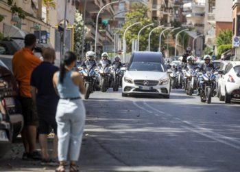 Η πομπή που συνοδεύει τη σορό της Ραφαέλα Καρά στο Καπιτώλιο της Ρώμης. Τέθηκε σε λαϊκό προσκύνημα (φωτ.:   EPA/Massimo Percossi)