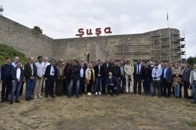 Αναμνηστική φωτογραφία των διπλωματών που πήραν μέρος στη φιέστα ντροπής και μίσους στο Σουσί (φωτ.: apa.az/infoteka24.ru)