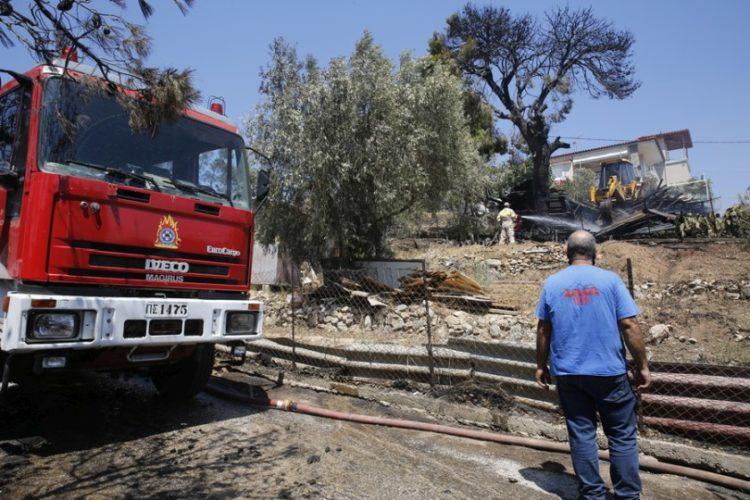 Εικόνα από την επιχείρηση κατάσβεσης της πυρκαγιάς στο Σέιχ Σου στη Θεσσαλονίκη (φωτ.: ΑΠΕ-ΜΠΕ/ΑΠΕ-ΜΠΕ/STR)