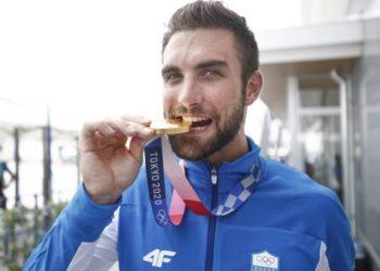 Ο Στέφανος Ντούσκος ποζάρει με το χρυσό μετάλλιο που κατέκτησε στον τελικό του μονού σκιφ στην κωπηλασία στους Ολυμπιακούς Αγώνες του Τόκιο (φωτ.: ΑΠΕ-ΜΠΕ / Δημήτρης Τοσίδης)