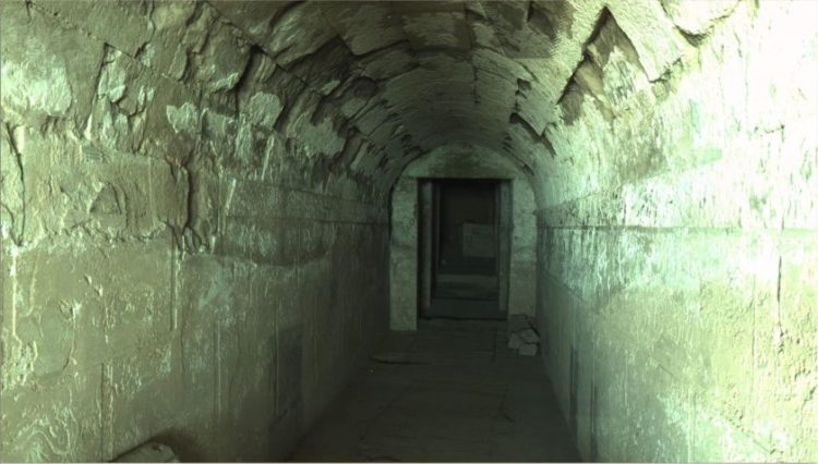 Η είσοδος του τάφου της Ολυμπιάδας στον Τύμβο του Κορινού Πιερίας (φωτό: GEOKAT)