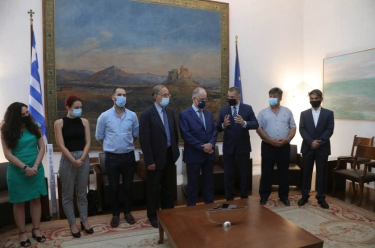 Στιγμιότυπο από την τελετή υπογραφής σύμβασης μεταξύ της Βουλής των Ελλήνων και του Δήμου Πωγωνίου, σχετικά με τη χρηματοδότηση της ανέγερσης Μνημείου Πεσόντων στις μάχες του Έπους του 1940, στο  Καλπάκι (φωτ.:ΑΠΕ-ΜΠΕ/ Γρ. Τύπου ΥΠΕΘΑ /ΒΟΥΛΗ ΤΩΝ ΕΛΛΗΝΩΝ/ Κανελλίδου Ευφροσύνη)