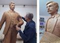 Ο γλύπτης Γιώργος Κικώτης κατά τη διάρκεια της δημιουργίας του ανδριάντα του Νίκου Καπετανίδη (φωτ.: Facebook / Γιώργος Κικώτης Γλύπτης)