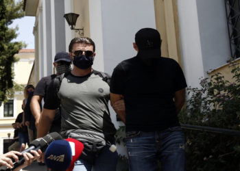 Στον εισαγγελέα εκτέλεσης ποινών οδηγείται ο 49χρονος (Δ) κατηγορούμενος για την κλοπή έργων Τέχνης από την Εθνική Πινακοθήκη το 2012 (φωτ.: ΑΠΕ-ΜΠΕ/ Γιάννης Κολεσίδης)