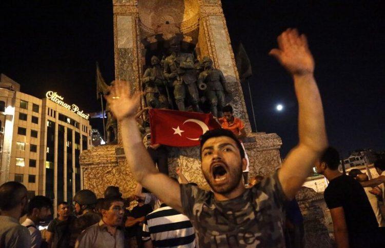 Υποστηρικτές του Ερντογάν τη νύχτα του πραξικοπήματος (φωτ.: EPA/ Sedat Suna)