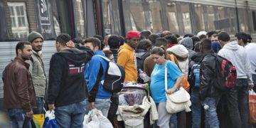 Πρόσφυγες από τη Δανία πηγαίνουν στη Σουηδία, το 2015 (φωτ.: EPA/ Claus Fisker Denmark out)