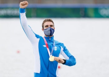 Ο Στέφανος Ντούσκος κρατάει το χρυσό μετάλλιο κατά την διάρκεια της απονομής μετά στον τελικό του μονού σκιφ στην κωπηλασία (φωτ.: ΑΠΕ-ΜΠΕ/ Δημήτρης Τοσίδης)