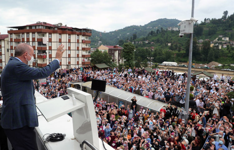 O Ρετζέπ Ταγίπ Ερντογάν στη Ριζούντα, στην οροφή λεωφορείου! (φωτ.: Γραφείο Τύπου Προεδρίας της Τουρκίας)
