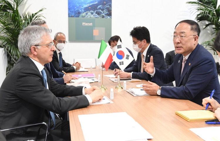 (Φωτ.: EPA/South Korean Ministry of Economy and Finance)