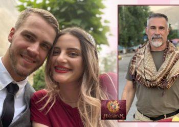 Το ερωτευμένο ζευγάρι και ο δεξιά ο αμερικανός πολεμικός ανταποκριτής, πατέρας του γαμπρού
