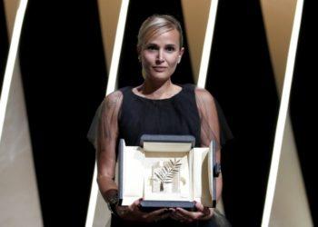 Η Ζουλιά Ντικουρνό κρατάει τον «Χρυσό Φοίνικα» που κέρδισε απόψε στο Φεστιβάλ των Καννών για το «Titane» (φωτ.:EPA/SEBASTIEN NOGIER)