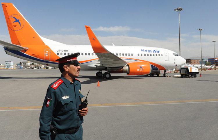 Αφγανός αστυνομικός στο διεθνές αεροδρόμιο της Καμπούλ (φωτ.: EPA / Jawad Jalali)