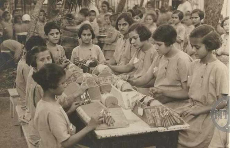 Μαθήτριες της «Μέλισσας» σε φωτογραφία που εστάλη από τη διοίκηση του ιδρύματος στον Ελευθέριο Βενιζέλο, το 1926 (φωτ.: Μουσείο Μπενάκη / Αρχείο Ελευθέριου Βενιζέλου)