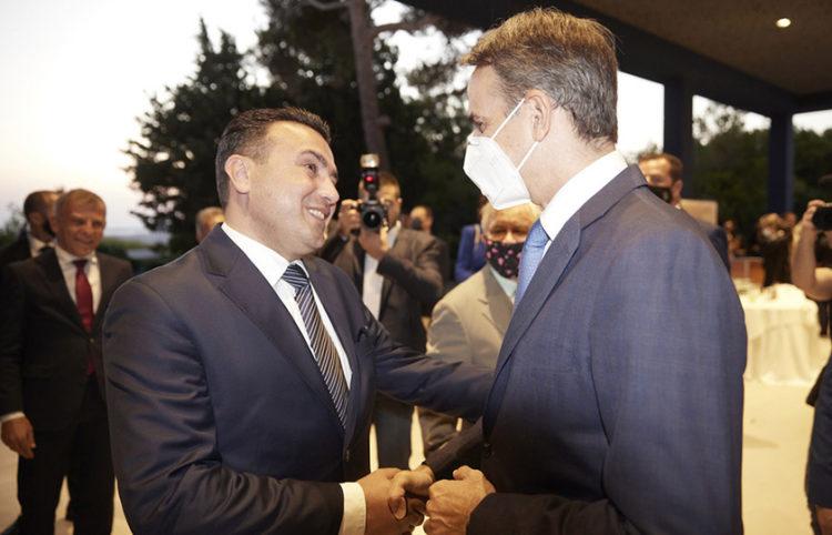 Κυριάκος Μητσοτάκης και Ζόραν Ζάεφ συνομιλούν στο περιθώριο του ετήσιου συνεδρίου που διοργανώνει το περιοδικό «The Economist» στο Λαγονήσι (φωτ.: Γραφείο Τύπου Πρωθυπουργού / Δημήτρης Παπαμήτσος)