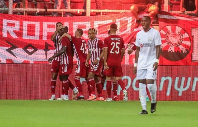 Οι παίκτες του Ολυμπιακού πανηγυρίζουν το γκολ της ομάδας τους κατά τη διάρκεια του αγώνα Ολυμπιακός- Νέφτσι Μπακού (Φωτ.: ΑΠΕ-ΜΠΕ / Παναγιώτης Μοσχανδρέου)