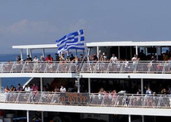 Ταξιδιώτες σε πλοίο στο λιμάνι της Πάρου , Παρασκευή 7 Αυγούστου 2020. (φωτ.: ΑΠΕ-ΜΠΕ/ Παντελής Σαίτας)
