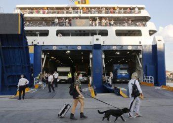 Ταξιδιώτες και αυτοκίνητα επιβιβάζονται στα πλοία για τις καλοκαιρινές διακοπές στα νησιά του Αιγαίου υπό προϋποθέσεις (φωτ.: ΑΠΕ-ΜΠΕ / Αλέξανδρος Βλάχος)