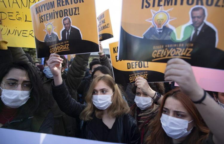 Από τις πορείες διαμαρτυρίας κατά του διορισμού Μπουλού (φωτ.: EPA/ Tolga Bozoglu)