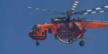 Πυροσβεστικό ελικόπτερο επιχειρεί στην πυρκαγιά που εκδηλώθηκε στο χωριό Γκάτζια του Δήμου Ναυπλιέων (φωτ.: ΑΠΕ-ΜΠΕ /Ευάγγελος Μπουγιώτης)